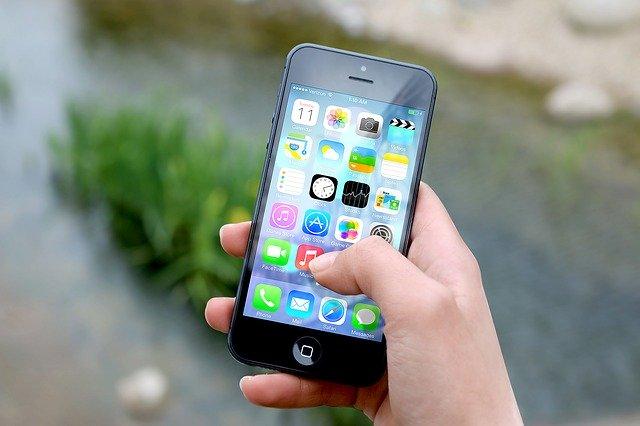iPhoneを持っているところ