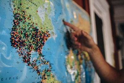 地図を指さしているところ