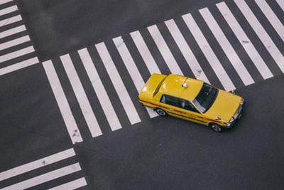 タクシーが走っているところ
