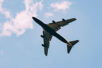 飛行機が飛んでいるところ