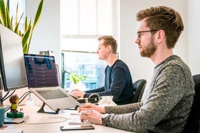 パソコンで仕事をしている男の人たち