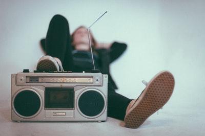 ラジオに足を乗せて寝ている人