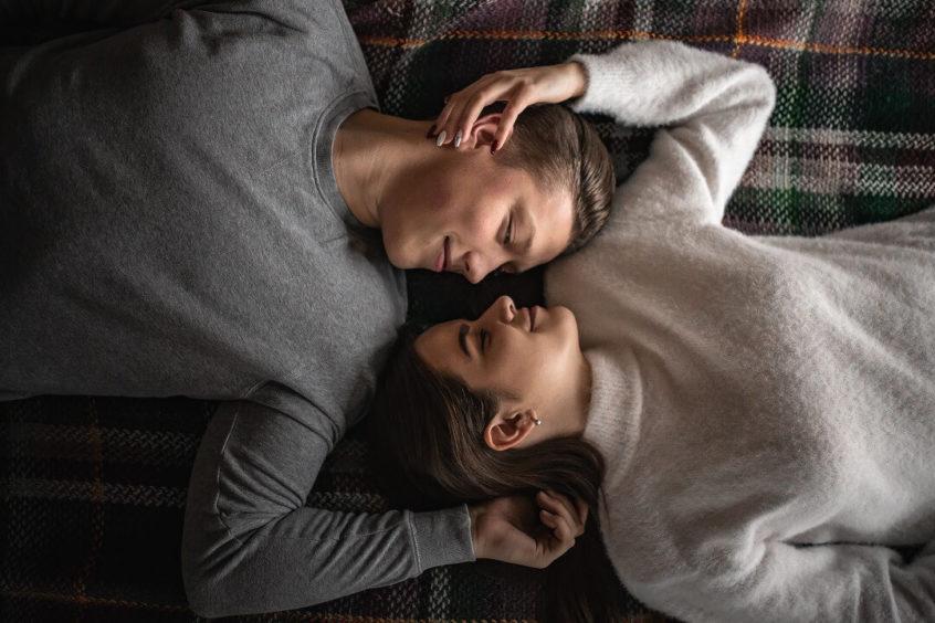 男の人と女の人がくっついている写真