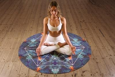 女性が瞑想しているところ