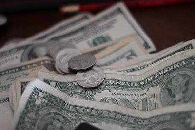 小銭と札が散らばっているところ