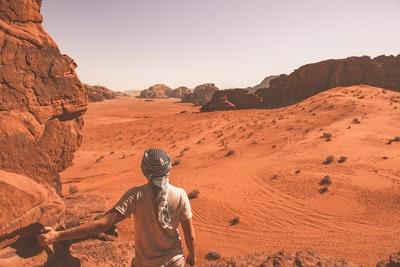 砂漠でサバイバルしている男の人