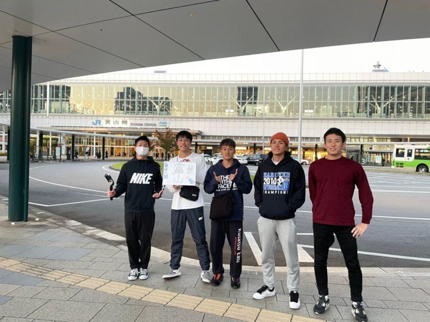 富山駅前の集合写真