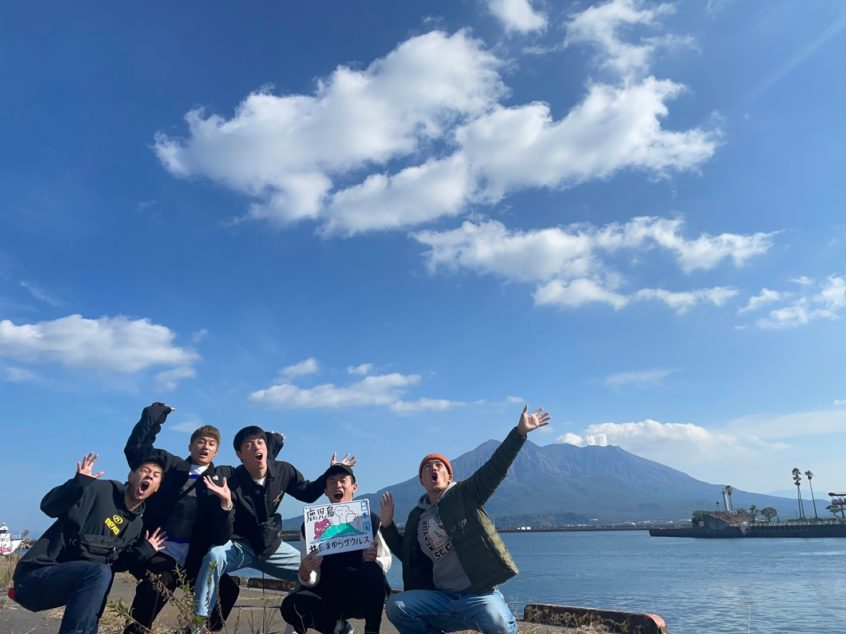 桜島をバックに集合写真