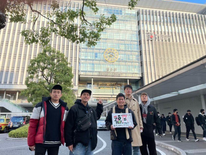 博多駅前での集合写真