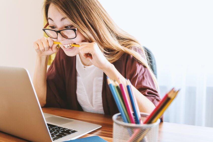 女の人がパソコンで作業しているところ